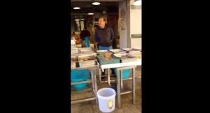VIDEO YouTube - Peppino, pescivendolo di Bari cambia canzoni famose...coi pesci