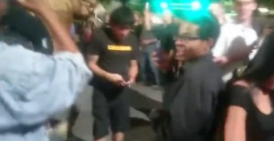 Sta assistendo ad un arresto: agente lo allontana con spray al peperoncino