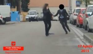 VIDEO YouTube: falso cieco incastrato da foulard lasciato cadere a terra da vigilessa