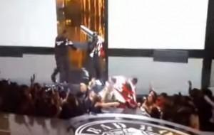 Puff Daddy cade dal palco durante i Bet Awards