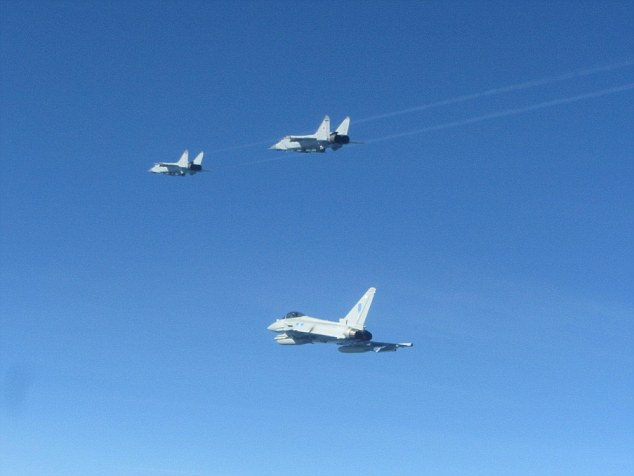 Guerra fredda? Caccia RAF intercettano aerei militari russi sul Baltico FOTO