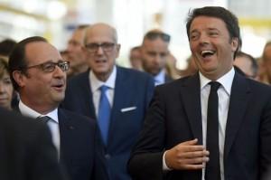 """Migranti, Renzi a Hollande dopo l'abbraccio: """"Basta isterie e muri"""""""