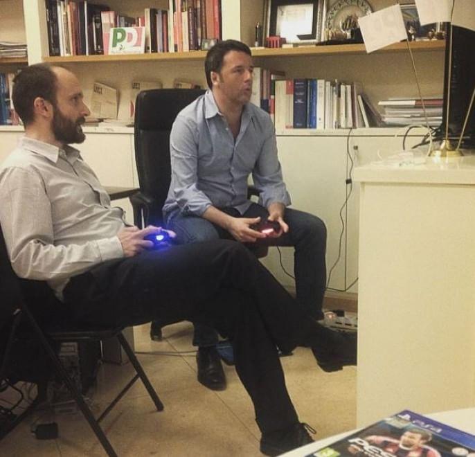 Renzi gioca alla Playstation con Orfini FOTO Finta serenità, Pd insoddisfatto