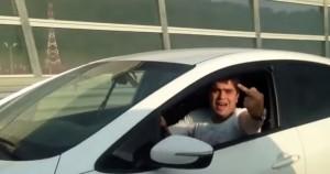 """Russia, autista fa il """"dito medio"""". Poi gli vola via il cellulare dal finestrino"""