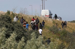 Gb contro migranti da Calais: schierata 4 chilometri di barriera alta 3 metri