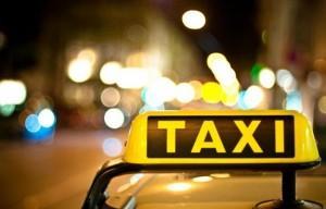 """Taxi buca, chiesti 50 euro al passeggero obeso: """"Ho forato per colpa tua"""""""