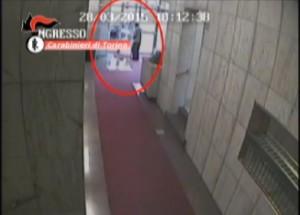 Torino, rubano 40mila euro in 13 minuti ad 85enne: incastrate dalla telecamera