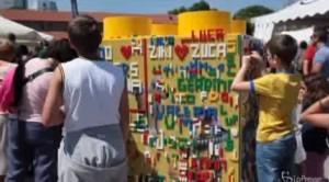 Milano: torre di Lego record. Alessandro Cattelan e l'ultimo mattoncino VIDEO