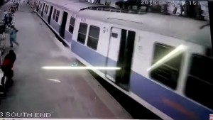 VIDEO YouTube - India, treno deraglia a Mumbai, stazione Churchgate: 5 feriti