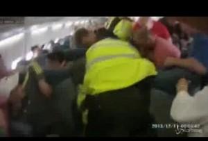 Ubriaco su aereo molesta hostess. Trascinato via da polizia VIDEO