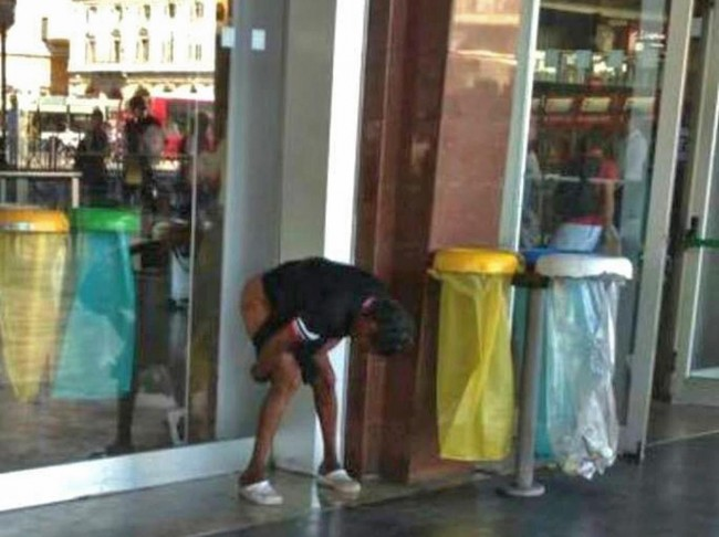 Roma, uomo defeca accanto all'ingresso della stazione Termini