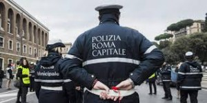 Roma: vigili gli portano via l'auto, lui arriva e dà pugno in faccia a un agente