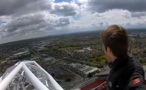 Video YouTube - James Kingtson cammina sull'arco di Wembley senza protezioni