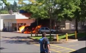 2 fratelli salvano donna da fiamme: l'auto era finita contro pompa benzina
