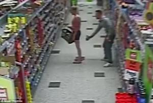 VIDEO YouTube - Lato B fotografato al supermercato: lei lo denuncia ma...