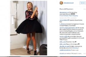 Alessia Marcuzzi bambolina dark su instagram. Poi si traforma e indossa un sexy bikini