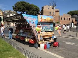 """Colosseo, via camion bar e arrivano abusivi. Ambulanti: """"Ora tenetevi loro"""""""