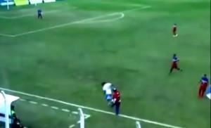 Argentina, allenatore entra in campo e atterra attaccante con un fallo