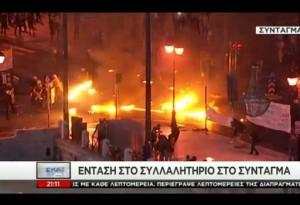 Grecia, scontri in piazza ad Atene. D-day di Tsipras, Parlamento vota riforme