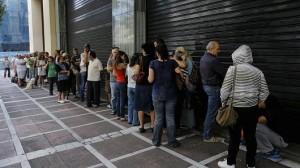 Lunga fila per un bancomat