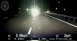 Va contromano in autostrada: poliziotti si schiantano con l'auto per fermarla