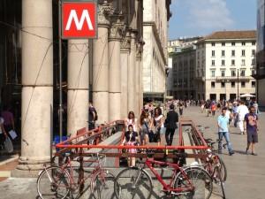 Milano, gas urticante diffuso in metro Duomo: lievi malori per passeggeri