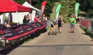 8 anni con paralisi cerebrale, Bailey riesce a completare la gara di triathlon