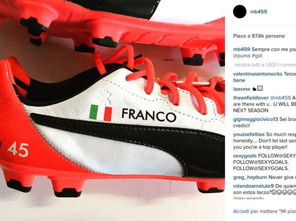 Mario Balotelli ricorda padre adottivo morto scrivendo nome sui scarpini FOTO