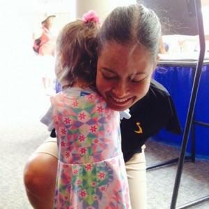 Bambina e pilota entrambe senza braccia si abbracciano: FOTO commuove web