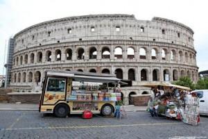 Roma, via camion bar da Fori Imperiali e Colosseo