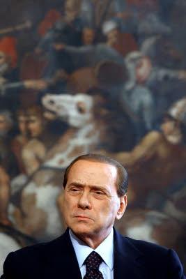 Processo escort: Berlusconi non vuole foto e non risponde. D'Addario lo evita
