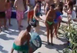 VIDEO YouTube: mega rissa in piscina a Milano, calci e bidoni in aria per un narghilè