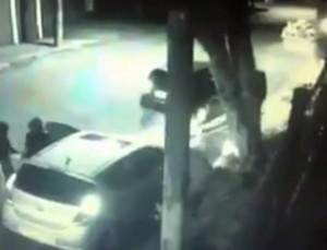 tentano di rapinare coppietta, nell'auto ci trovano un poliziotto e...