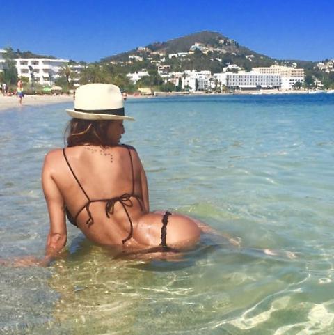 """Cristina Buccino in tanga su Instagram, bagno """"hot"""" in mare FOTO"""