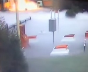 VIDEO YouTube - Camion distrugge distributore di metano