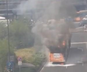 Milano, autobus in fiamme a piazzale Loreto, nessun ferito