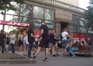 Ucraina: 2 uomini camminano mano nella mano, passanti li prendono a calci