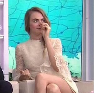 Cara Delevigne, gaffe al Today Show: dita nel naso in diretta tv...