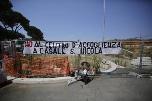 Roma, scontri anti profughi a Casale San Nicola: DIRETTA VIDEO