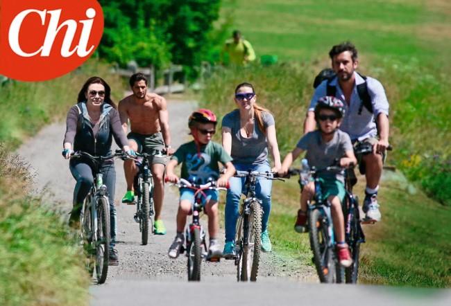 """Veronica Lario in bicicletta con nipoti e le figlie Eleonora e Barbara: foto """"Chi"""""""