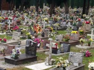 Carrara, al cimitero non c'è posto urna del marito: vedova s'incatena al Comune