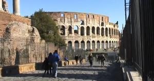 Roma, incide lettere sul Colosseo: denunciato giovane libanese