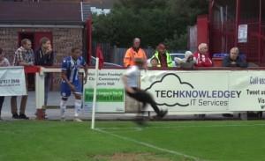 tifoso entra in campo e calcia il corner al posto del calciatore