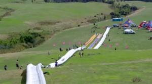 Nuova Zelanda, scivolo gonfiabile da 600 m: è il più lungo del mondo