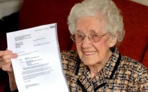 Doris Ayling riceve lettera da ospedale: Complimenti, è incinta. Ma ha 100 anni