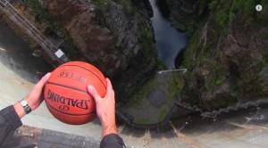 VIDEO YouTube. Cosa succede a un pallone che cade nel vuoto? Effetto Magnus...