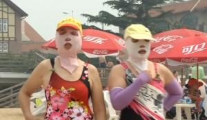 """""""Face-kini"""" mania in Cina: addio al bikini, ora ci si copre la faccia"""