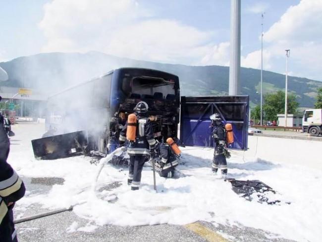 Bus in fiamme su A22 a Vipiteno FOTO: colpa del motore surriscaldato