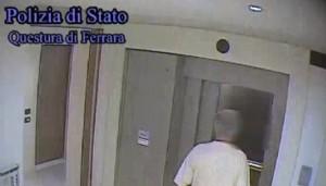 Vandalo condominaile arrestato a 75 anni: imbrattava ascensore, danneggiava infissi