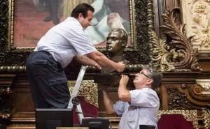 Barcellona, sindaco Ada Colau fa rimuovere busto di Juan Carlos: ira di Madrid